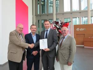 v.l.: KKC-Vizepräsident Manfred Kindler, Thomas Jux und Thorsten Freiherr von Neubeck (beide E.ON) und KKC Geschäftsführer Lothar Wienböker